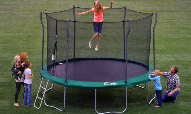 Which factors determine the trampoline weight limit?